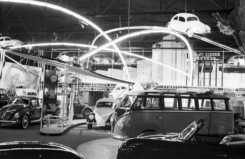 Stand da Volkswagen no Salão de Frankfurt de 1951: Kombi Samba roubou a cena
